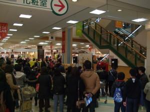 ショッピングセンターでのイベントのヒトコマ。